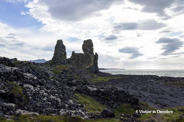Tot i el vent, no dubten en apropar-nos a les roques Lóndrangar.