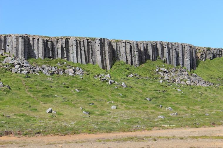 La paret de columnes de basalt Gerduberg és interminable.