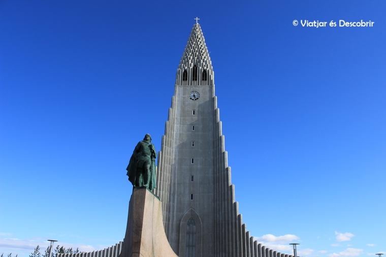 L'església Hallgrímskirkja amb l'estatua del Leif Eriksson són els símbols de la ciutat.