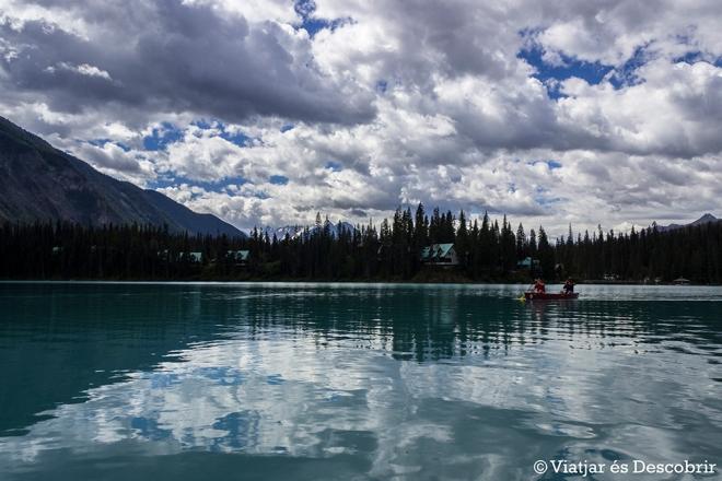 Anar amb canoa també és una molt bona opció per conèixer el llac.