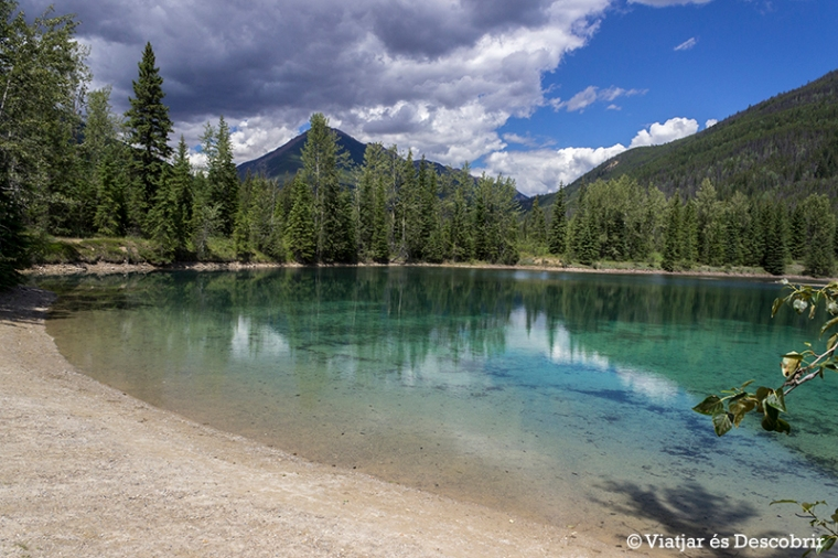 De camí a les cascades, fem una parada al Faeder Lake.