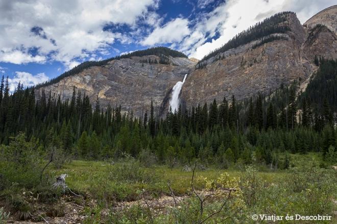 Des de l'aparcament, les Takkakaw falls ja sobresurten entre les muntanyes.