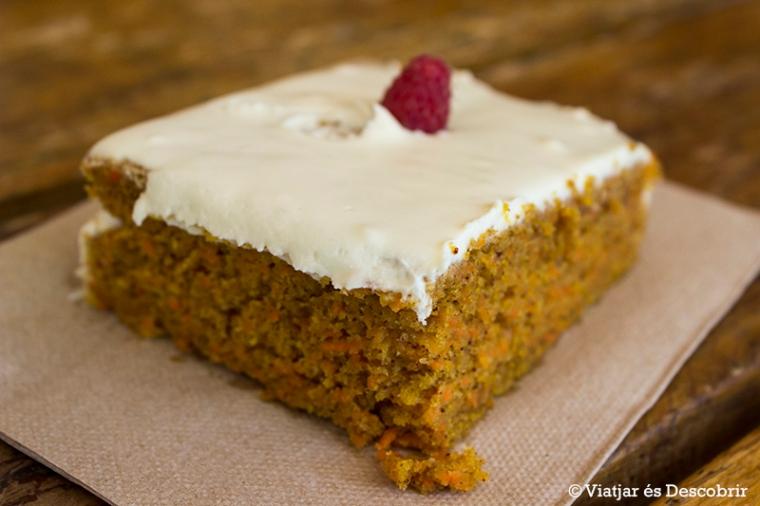 El pastís de pastanaga, amb icing per sobre, és deliciós.