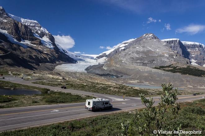 Des de la Icefield Parkway ja podem veure perfectament el glaciar Athabasca.