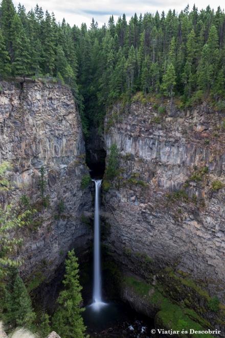 Arribem a les Spahats Falls, que fan 60 metres alçada, caminant uns deu minuts des del pàrquing.