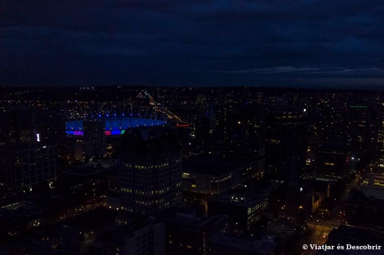 Des de dalt, esperem que la ciutat estigui completament fosca.