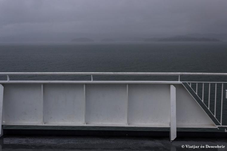 Durant el trajecte amb ferry, el cel està molt tapat.