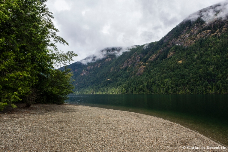 La carretera passa pel costat de llacs ben bonics.