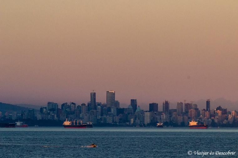 Veiem la silueta de Vancouver amb una llum preciosa.
