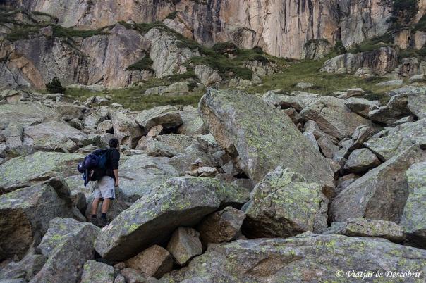 Vam haver de caminar entre enormes blocs de pedra.
