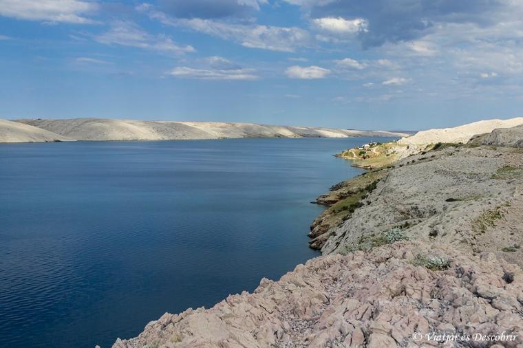 La costa de l'illa de Pag és plena de rocosos penya-segats.