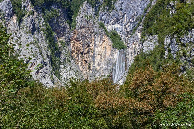 La cascada Boka vista des de la carretera.