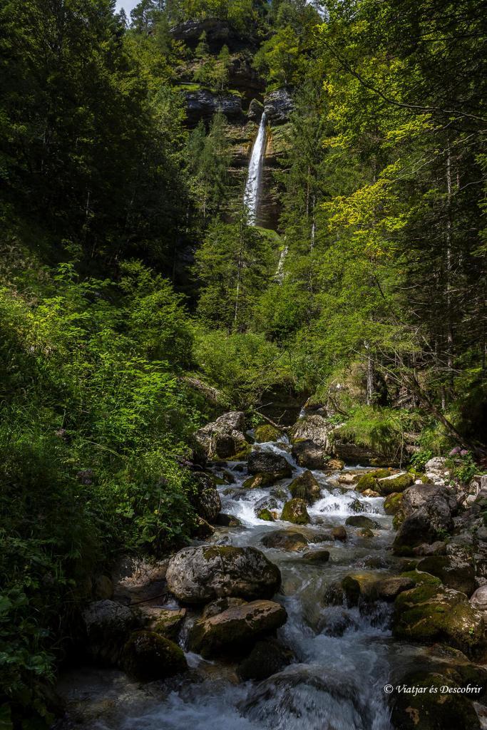 Des de l'inici del camí, la cascada Pericnik ja és visible.