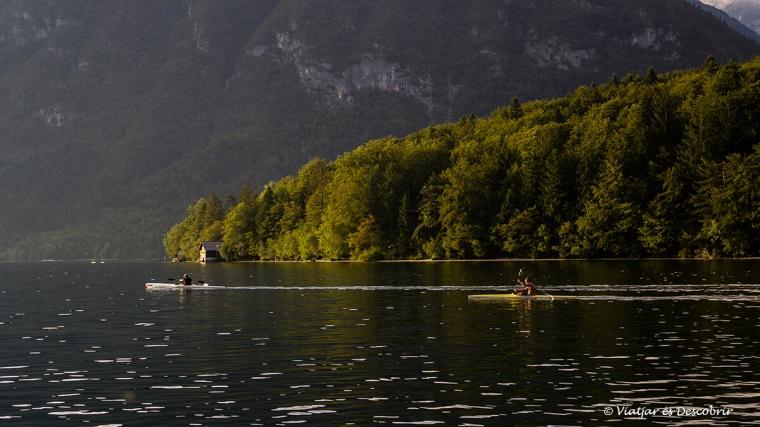 Navegar amb canoa pel llac Bohinj és perfecte