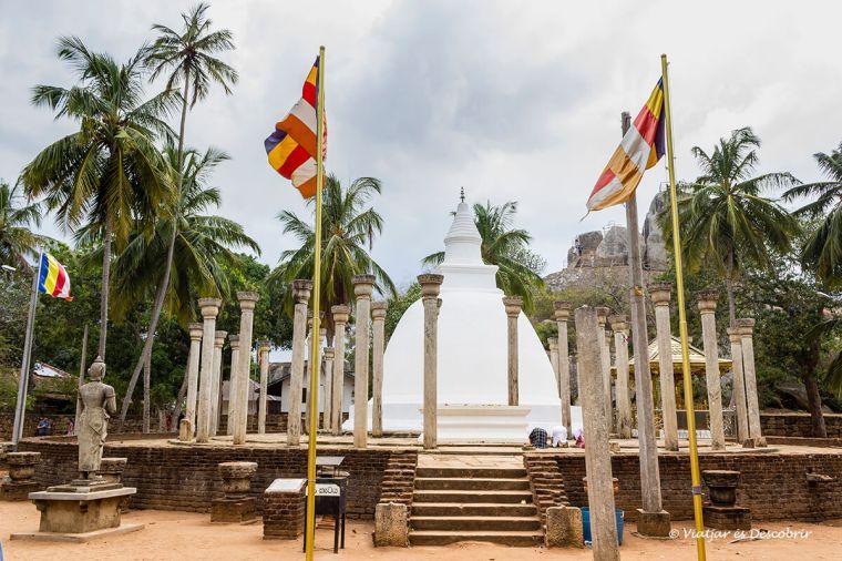 La dagoba Ambashtale és la més important de Mihintale