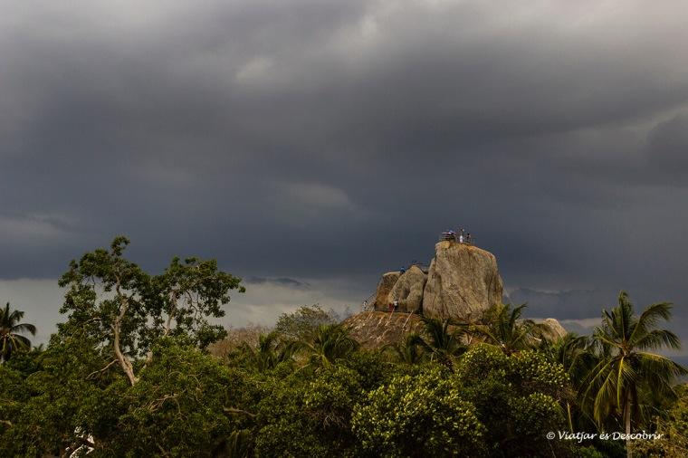 Es pot pujar a una enorme roca a Mihintale.