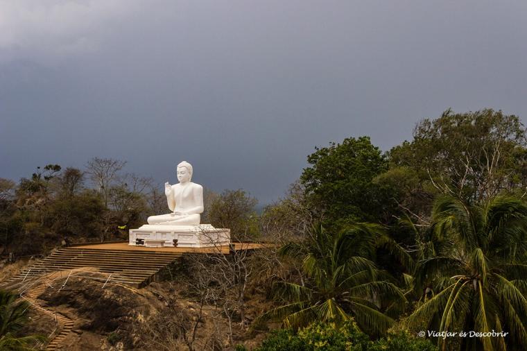 Un enorme Buda blanc destaca a aquesta zona de Sri Lanka.