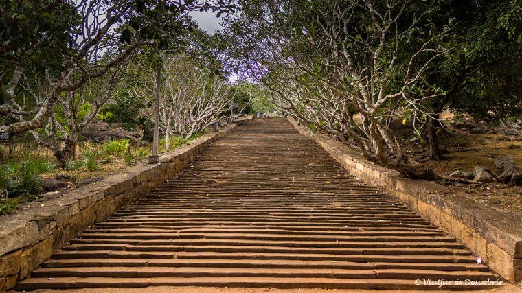 Sri Lanka i el budisme es troben a Mihintale.