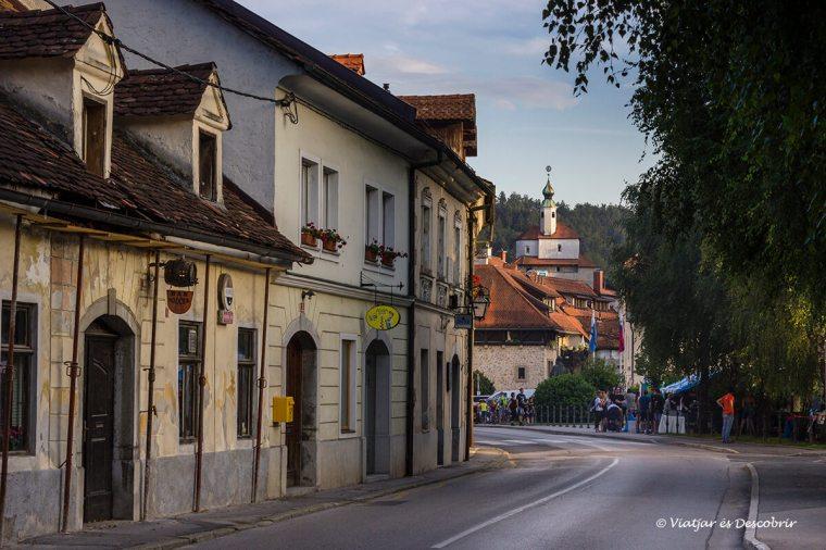 el castell petit sobresurt entre la silueta de kamnik