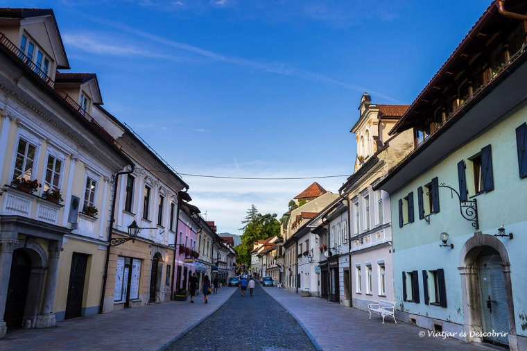 caminem pel centre històric de kamnik durant la tarda.