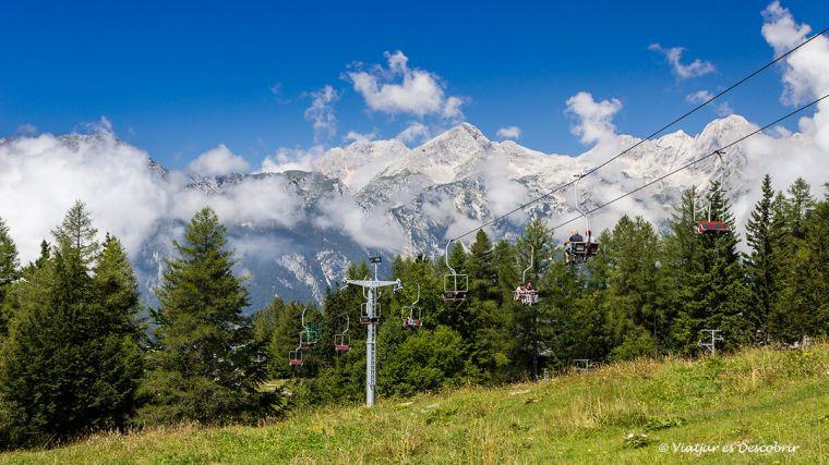 per arribar fins a dalt de velika planina es pot agafar el telefèric amb els kamniks de fons