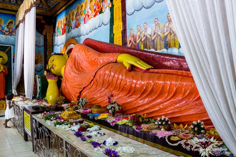 Estatua de buda dins un temple a Anuradhapura