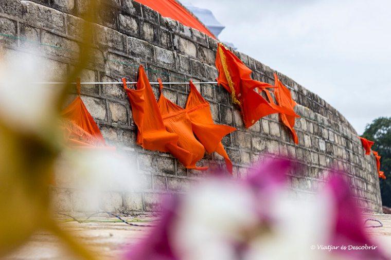 banderes sagrades al voltant d'una stupa