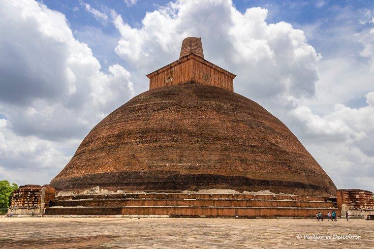 Jetavanaramaya stupa és una de les més famoses d'Anuradhapura