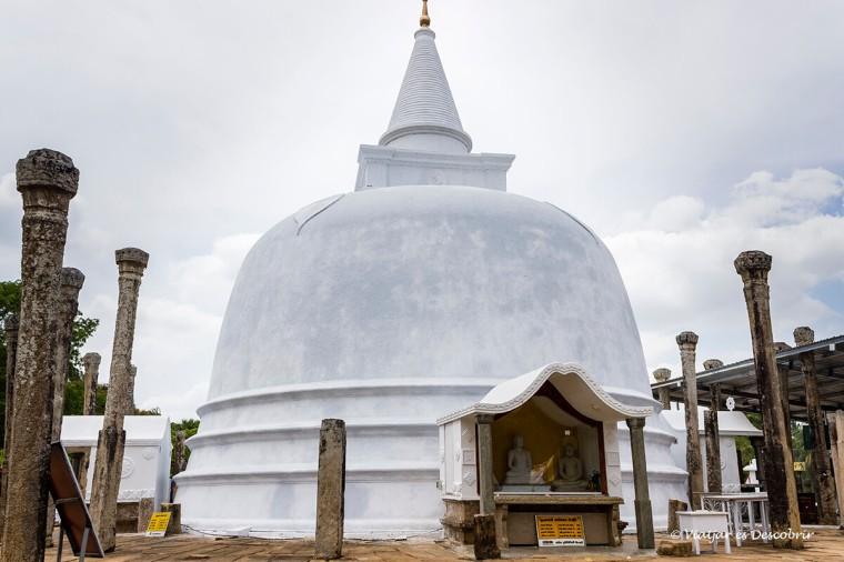 Anuradhapura está ple d'stupes construïdes fa milers d'anys com la Lankarama.