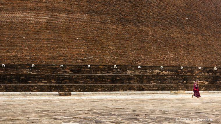 A Anuradhapura molts budistes preguen a les stupes.