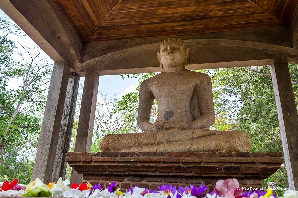 El buda Samadhi a Anuradhapura transmet molta calma i pau.