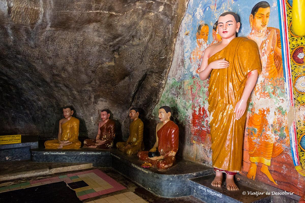 Interior d'un temple dins una cova a Anuradhapura