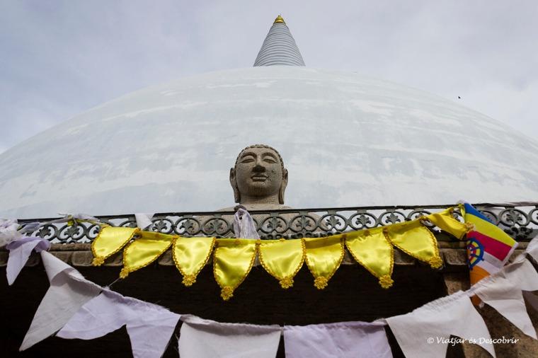Els budes s'escolpeixen al voltant de les stupes d'Anuradhapura