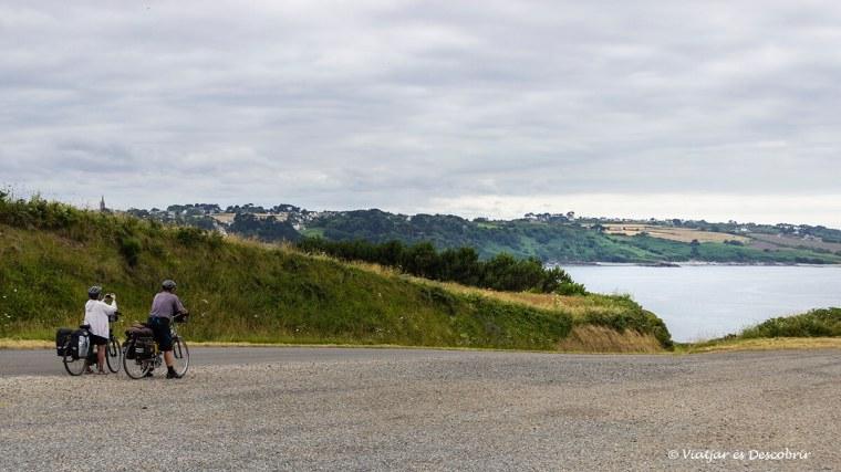 ciclistes contemplant la costa de la bretanya francesa