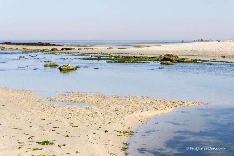 platja amb marea baixa a la bretanya francesa amb bicicleta