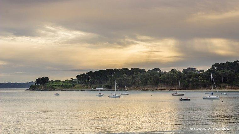 posta de sol i velers a la costa bretona