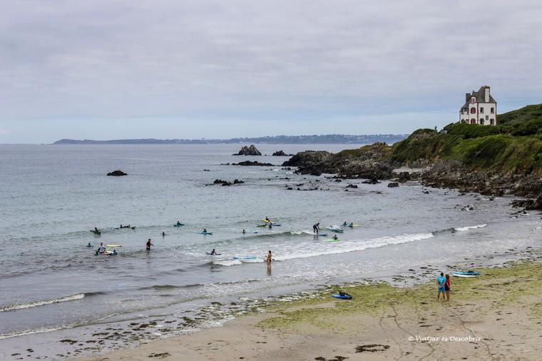 surfistes a la platja Trégastei