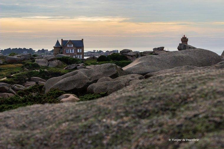 far de Ploumanac'h a la costa de granit rosa durant la posta de sol
