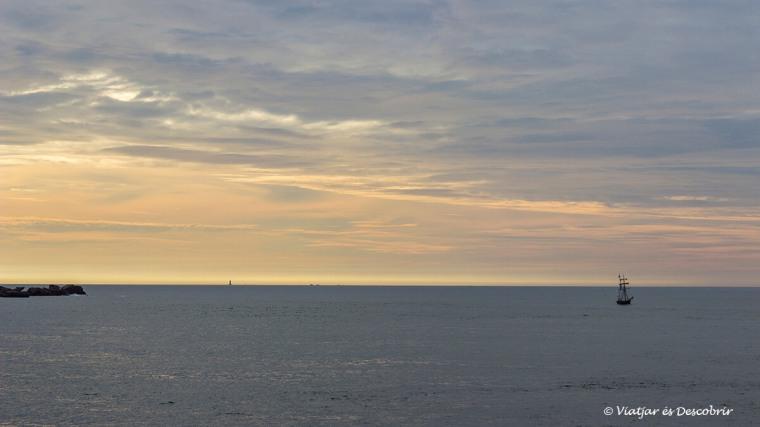 posta de sol a la costa de la bretanya francesa i un veler