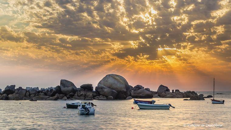 posta de sol a la costa de la bretanya francesa