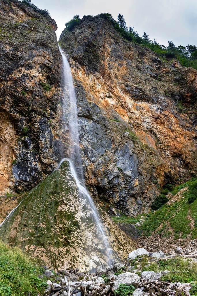 la cascada rinka durant un dia de boira a logarska dolina