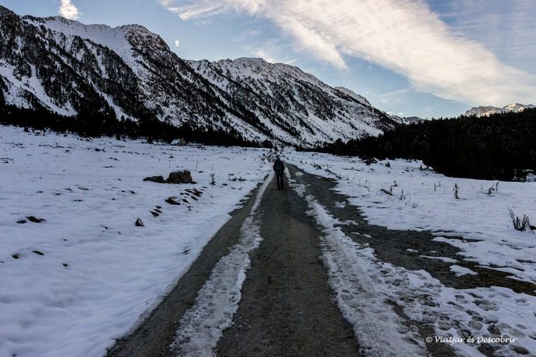 caminant per la carretera nevada cap a l'estany de colomers a la vall d'aran