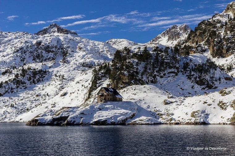 llac i refugi de colomers nevat a la tardor a la vall d'aran