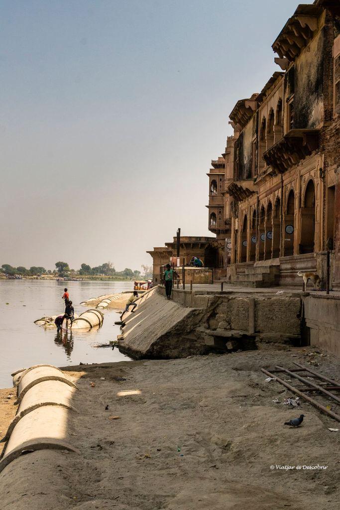 un dels famosos ghats sobre el riu yamuna a vrindavan