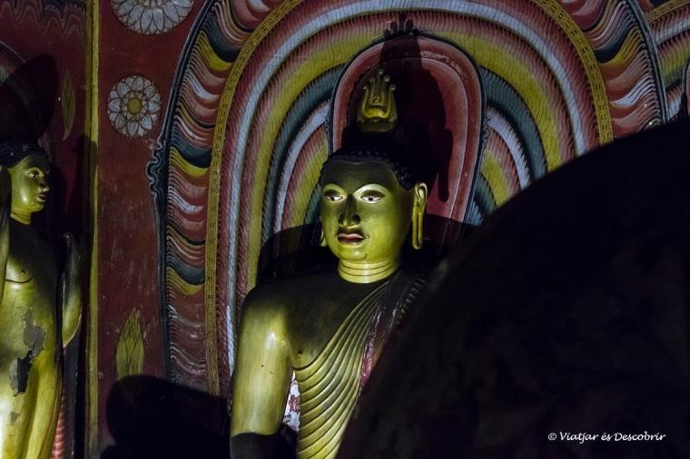escultures a interior de les coves de dambulla a sri lanka