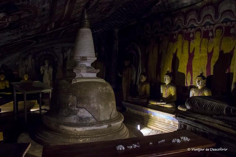 la tercera de les coves de dambulla durant el viatge a sri lanka