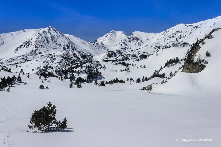 pico carlit en la cerdanya francesa en inverno con raquetas de nieve