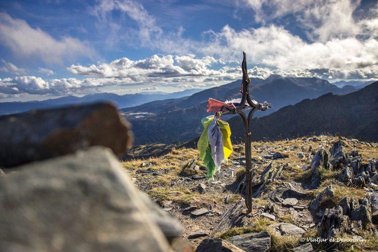 cruz en la cima del pic peric en la cerdanya francesa